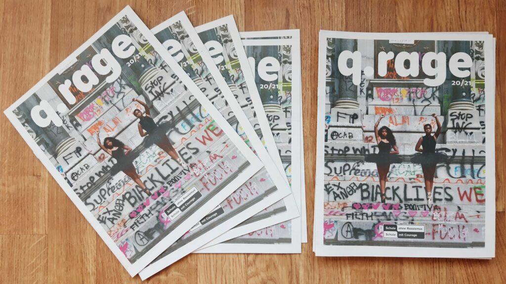 Ein Stapel der SchülerInnenzeitung liegt auf einem Tisch. Auf dem Cover sind zwei Black-Lives-Matter-Aktivistinnen zu sehen.