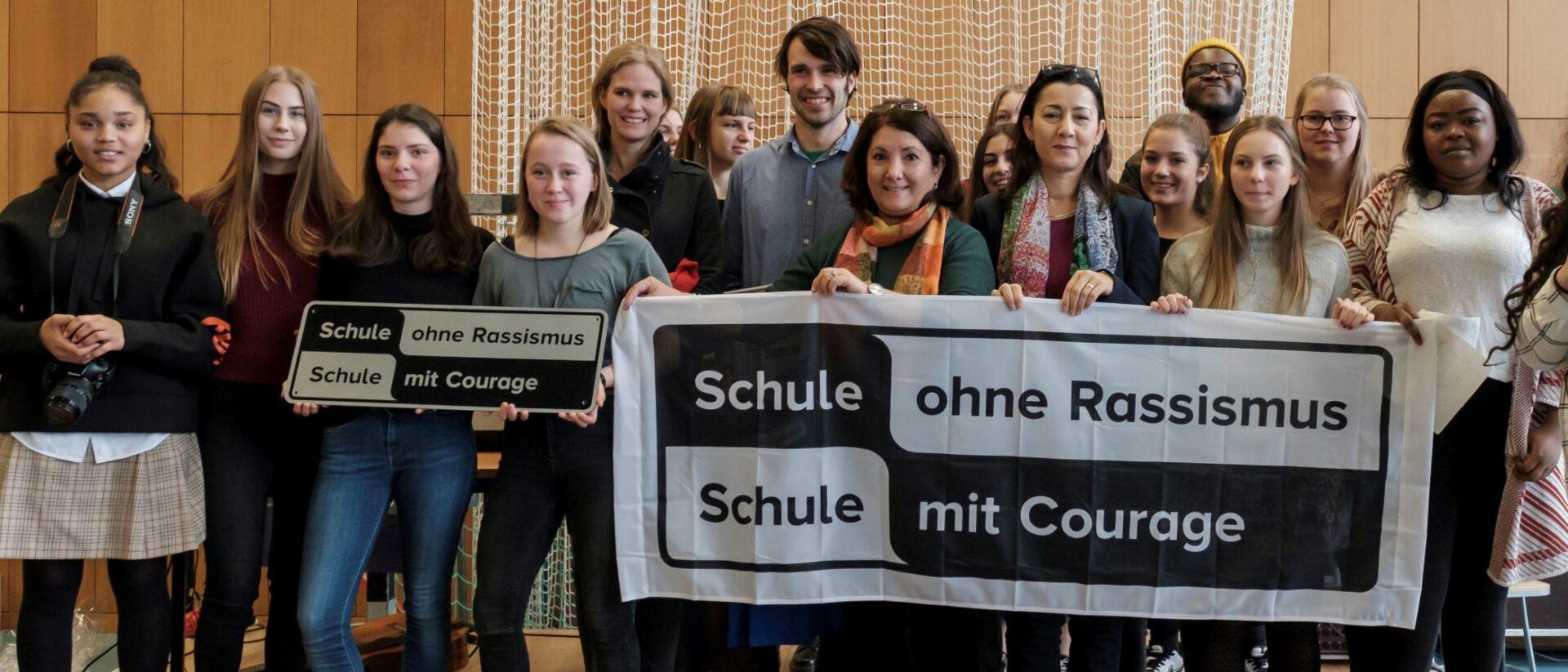 SchülerInnen feiern die Titelverleihung Schule ohne Rassismus - Schule mit Courage
