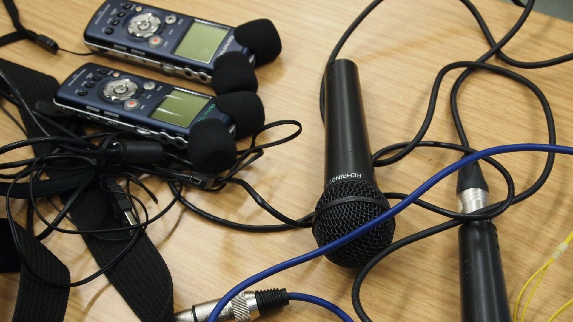Aufnahmegeräte und Mikrofone liegen auf einem Tisch