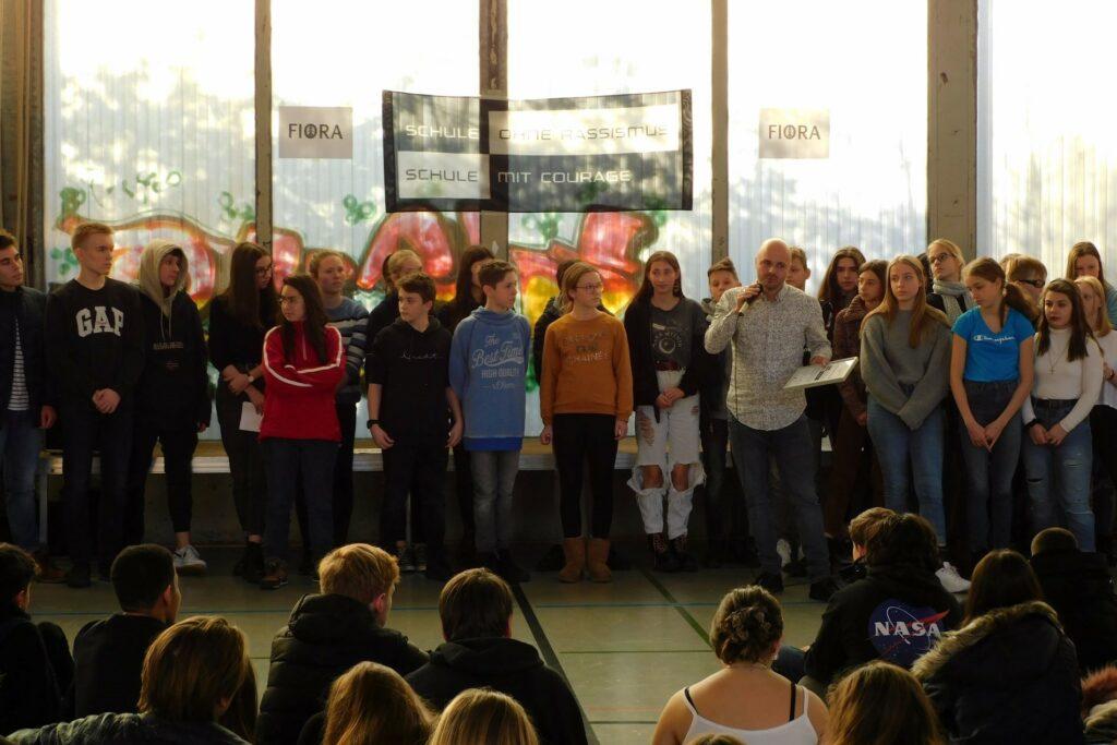 Eine Große Gruppe Schüler*innen bei einer Jubiläumsfeier
