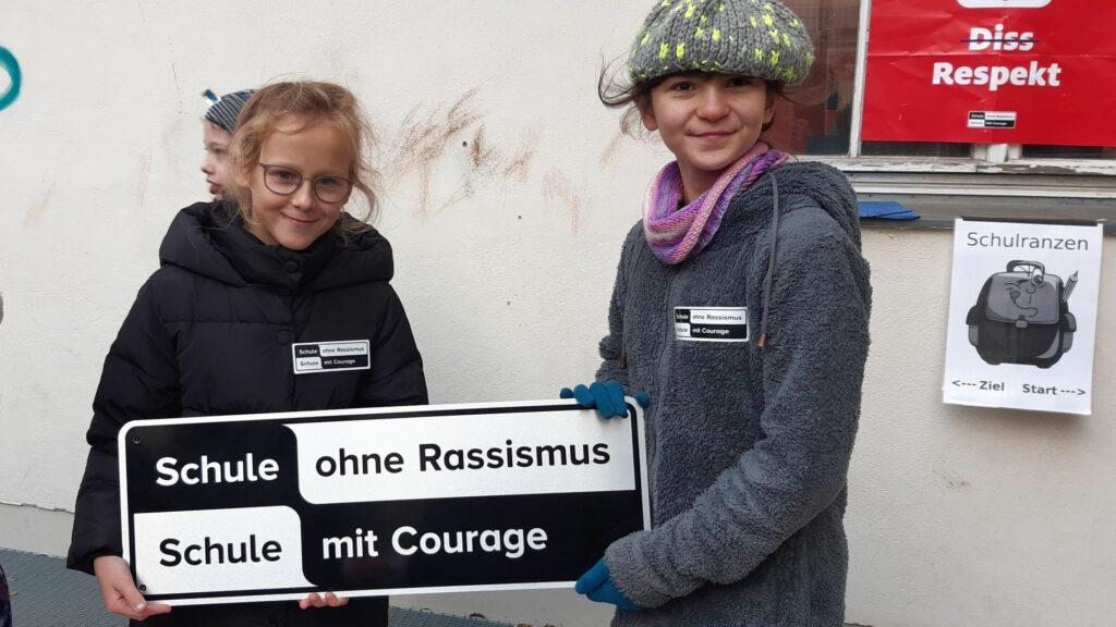 Zwei Schüler*innen bei einer Titelverleihung an einer Berliner Grundschule