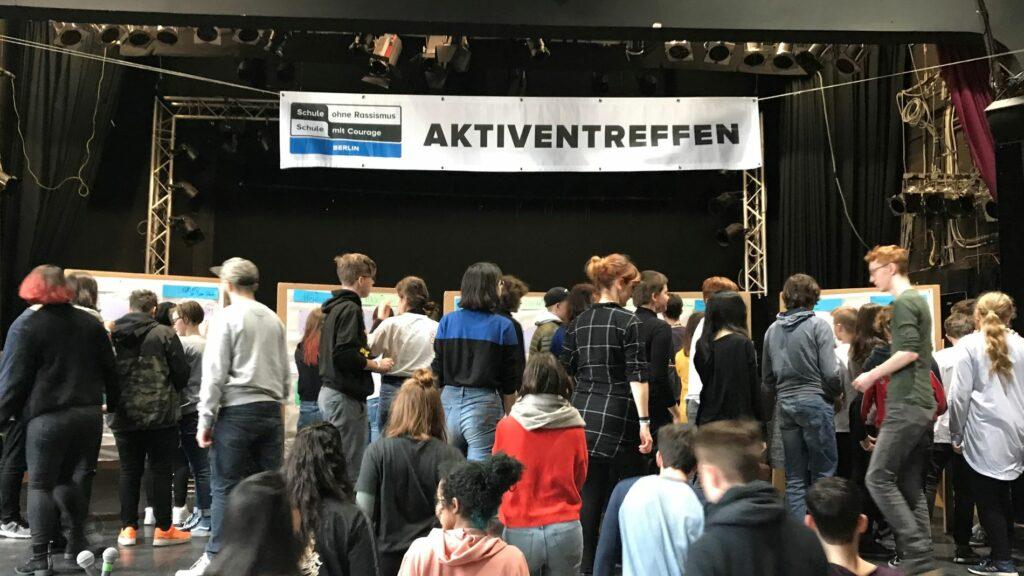 Eine große Gruppe Schüler*innen beim Aktiventreffen von SOR-SMC Berlin