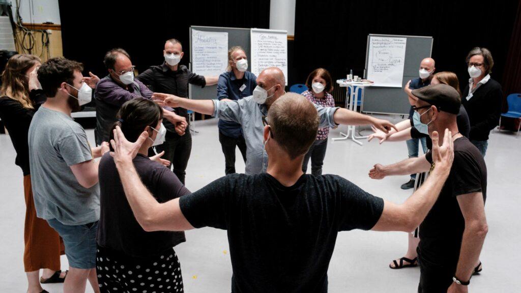 Teilnehmende bei einer Theateraktivität beim Fachaustausch