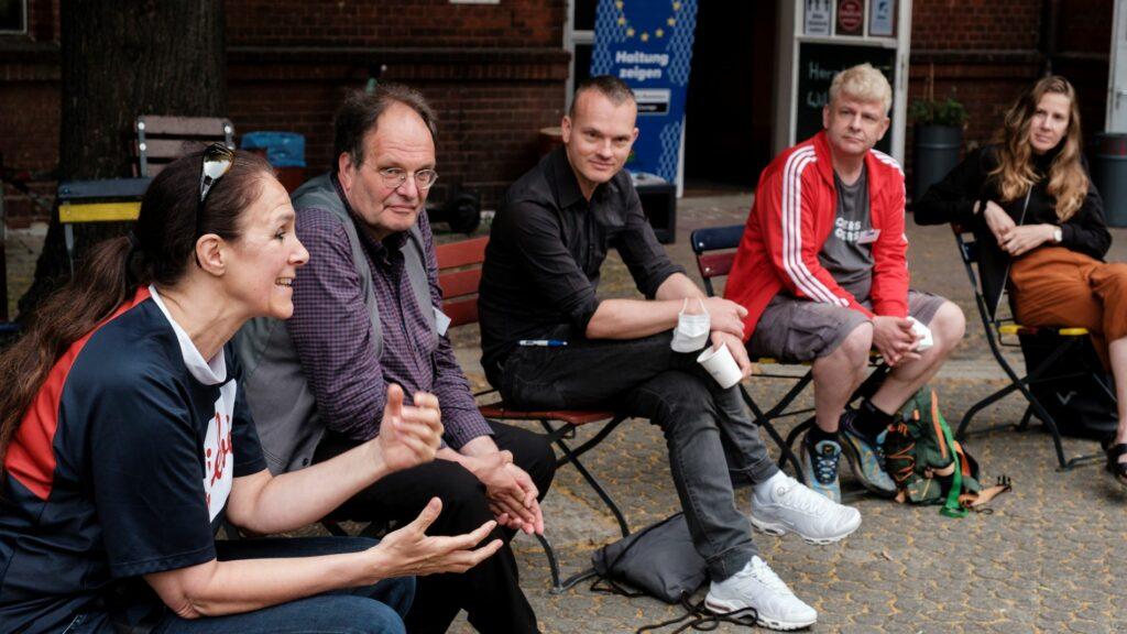 Vier Teilnehmende diskutieren beim Fachaustausch
