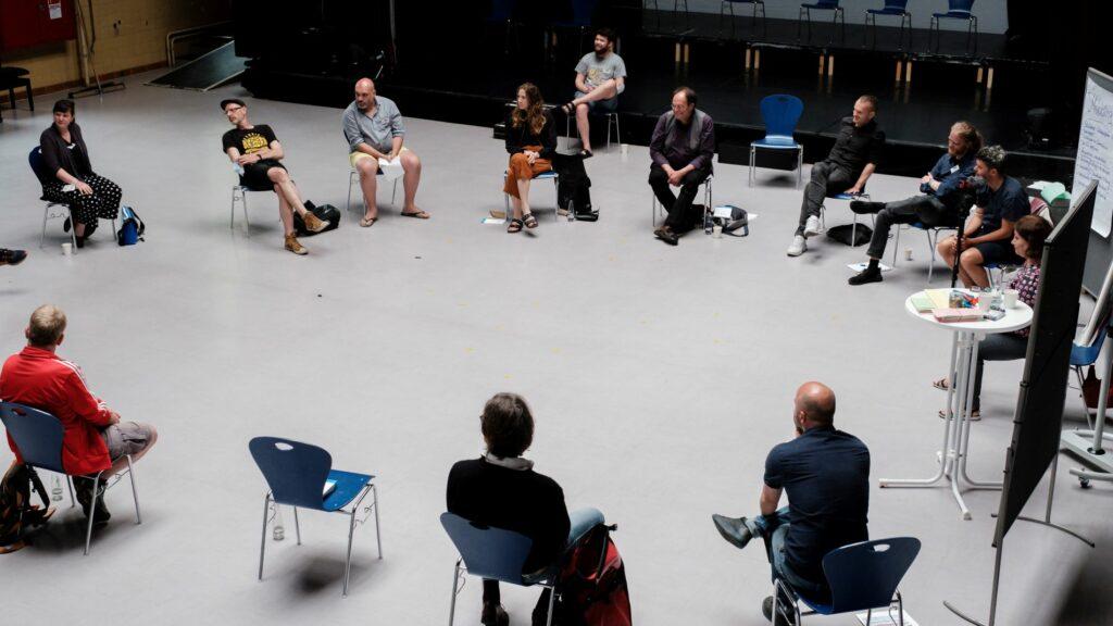 Teilnehmende beim Fachaustausch im Stuhlkreis