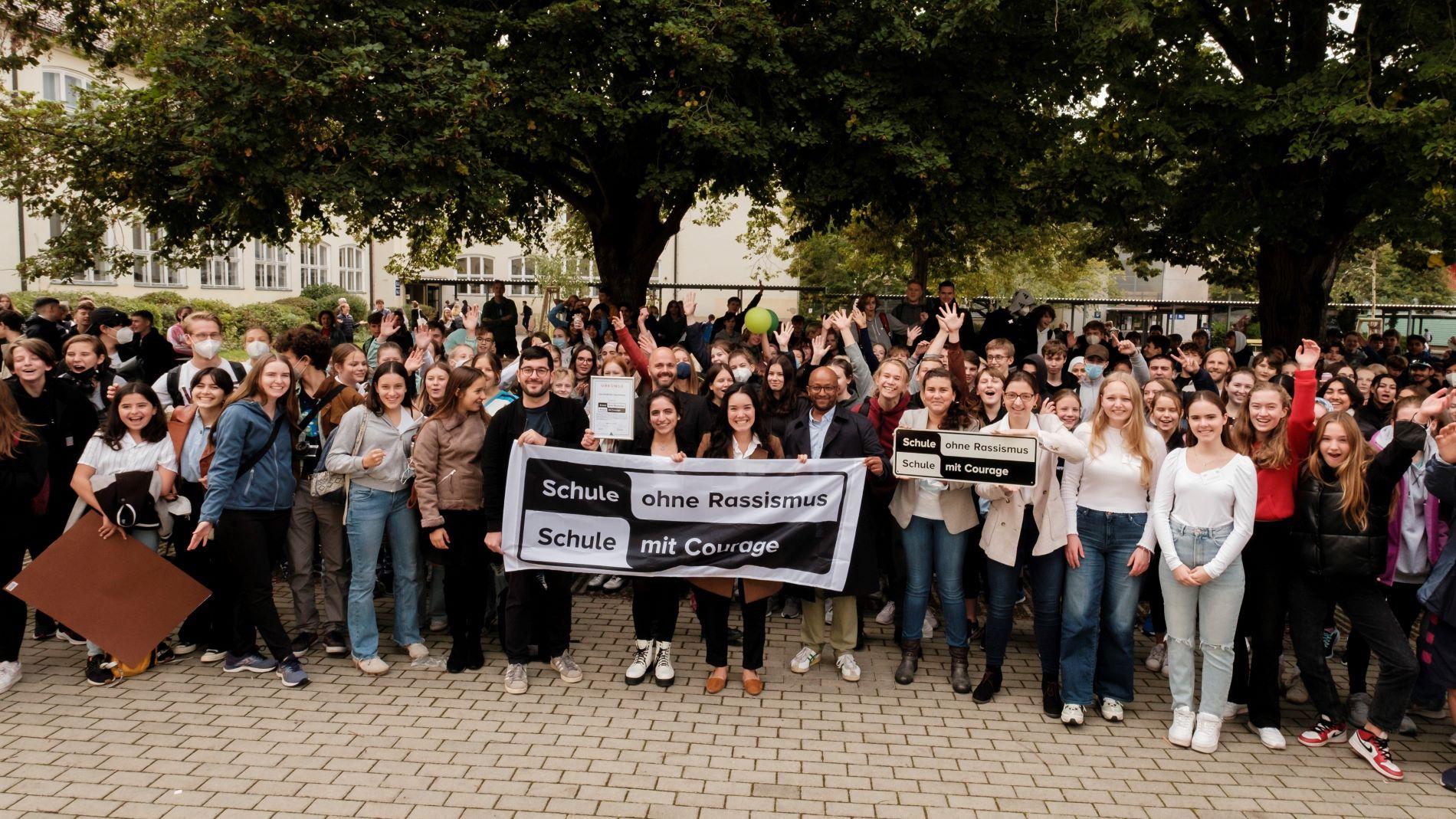 Die Schulgemeinschaft des Dreilinden Gymnasiums bei der Feier der Titelverleihung auf dem Schulhof.
