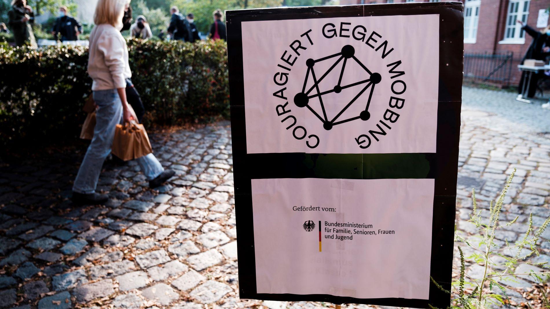 Foto eines Aufstellers mit dem Logo des Modellprojekts Couragiert gegen Mobbing